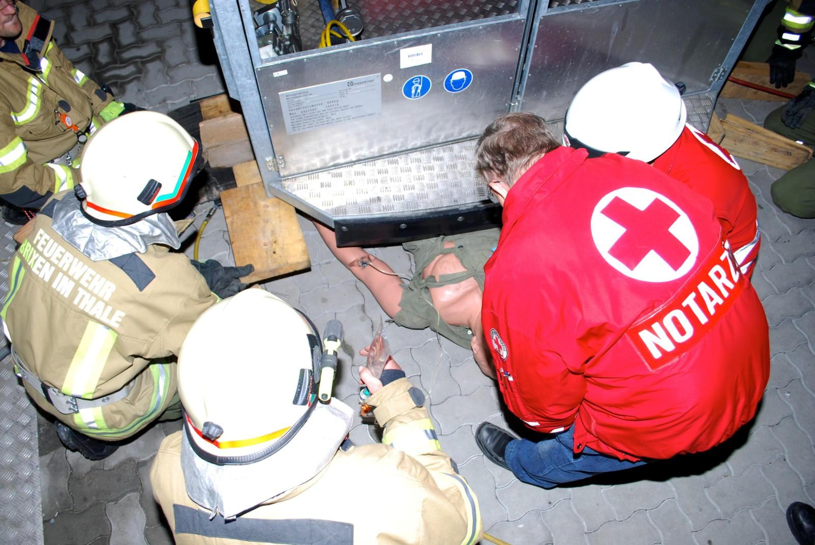 oktober fand eine gemeinschaftsbung der feuerwehr brixen mit dem roten kreuz westendorf statt die bung war in drei stationen unterteilt - Feuerwehrubungen Beispiele